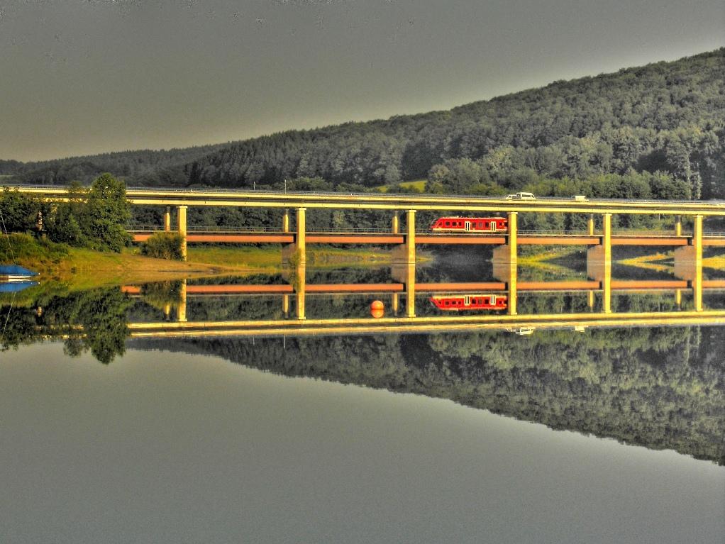 Bigge-Brücke-gespiegelt