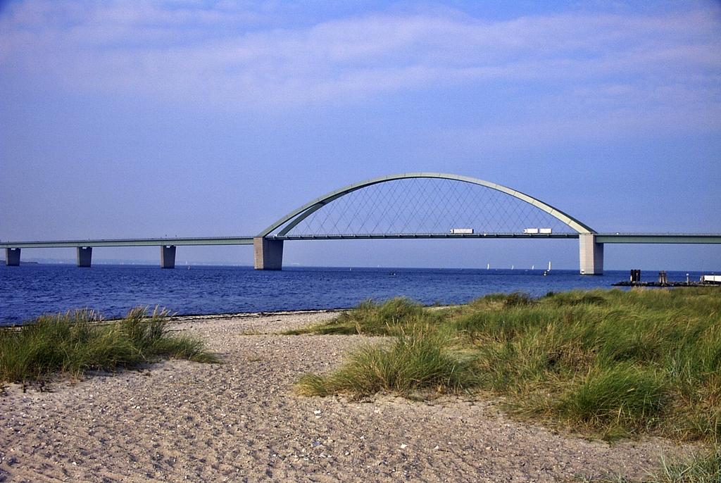 Fehmarnsundbrücke - Strandausblick von Fehmarn