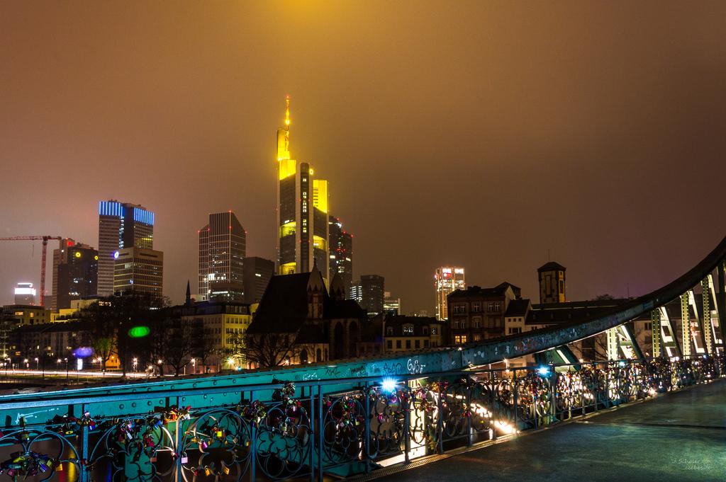 """Skyline Frankfurt @ Night vom """"Eisernen Steg"""" aufgenommen"""