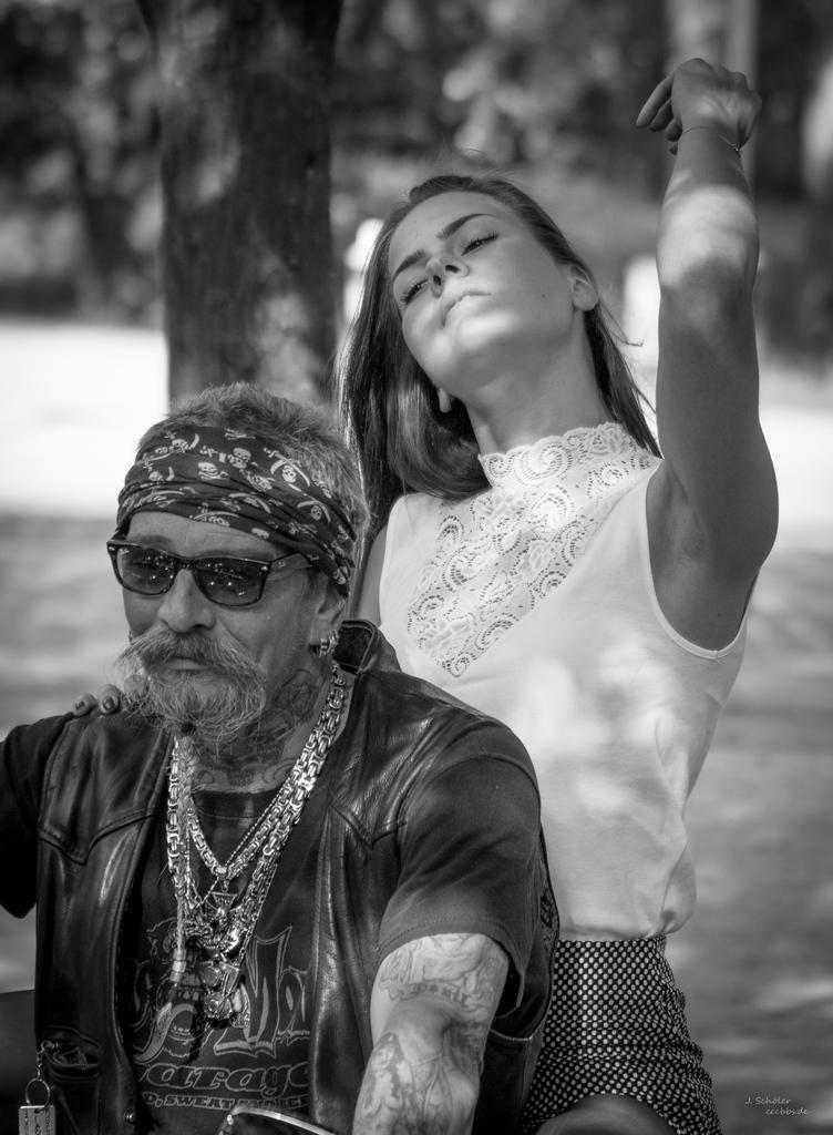 Model: Diana Herzog mit einem Mitglied der Motorrad-Gruppe